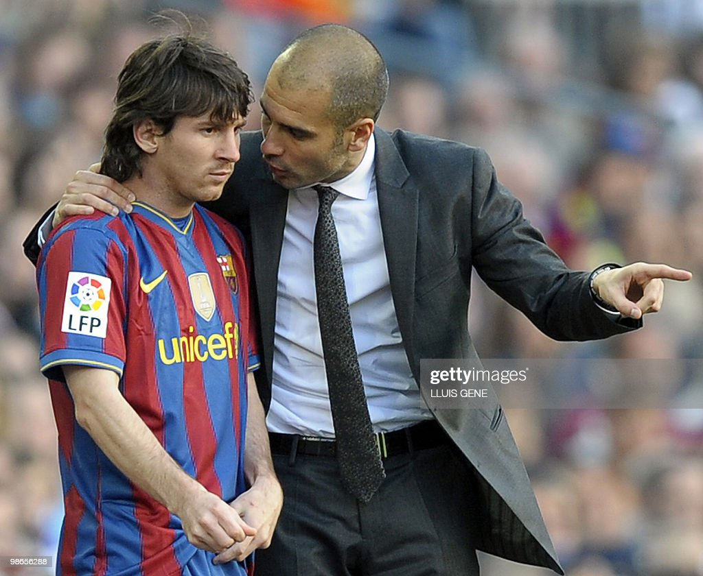 Barcelona's coach Pep Guardiola (R) talk : News Photo