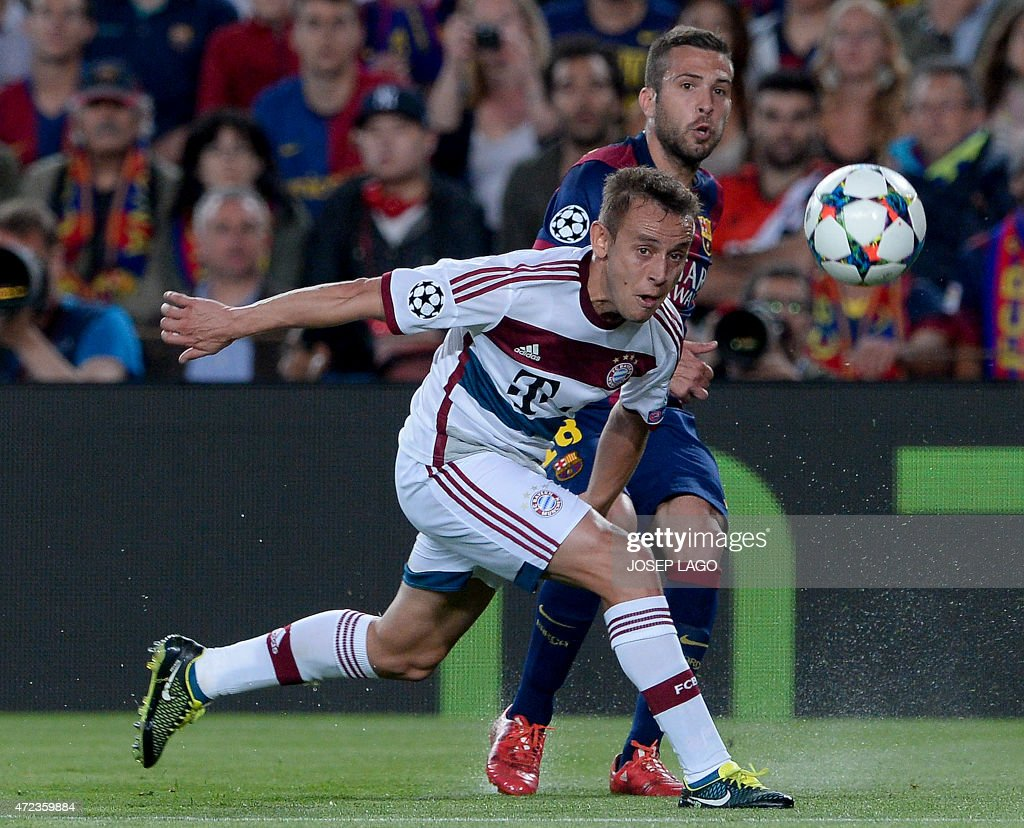 Barcelona's defender Jordi Alba (R) vies with Bayern Munich's Brazilian defender Rafinha during the UEFA Champions League football match FC Barcelona vs FC Bayern Muenchen at the Camp Nou stadium in Barcelona on May 6, 2015.