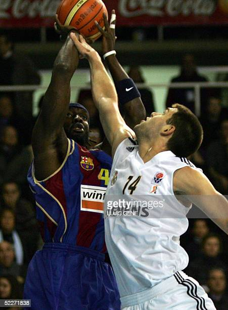 Barcelona's Devin Davis of EEUU vies with Real Madrid's Felipe Reyes in a EuroLeague basketball match at Palau Blaugrana in Barcelona 03 March 2005...