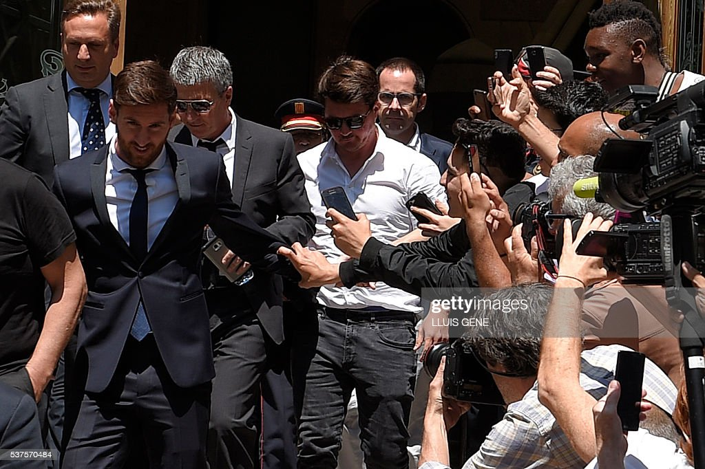 Barcelona's football star Lionel Messi (L) followed by his father Jorge Horacio Messi (2ndL) and his brother Rodrigo Messi (C), leaves the courthouse on June 2, 2016 in Barcelona. The 28-year-old football star was cheered and jeered as he emerged from a van accompanied by his father Jorge Horacio Messi. The two are accused of using a chain of fake companies in Belize and Uruguay to avoid paying taxes on 4.16 million euros ($4.6 million) of Messi's income earned through the sale of his image rights from 2007-09. / AFP / LLUIS