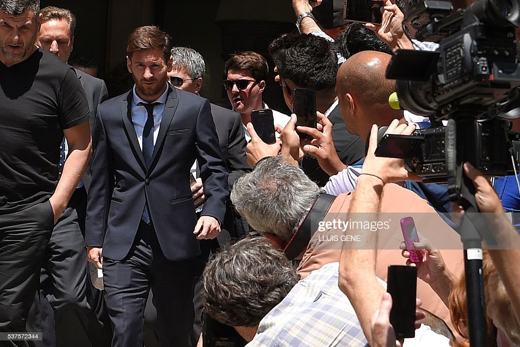 Barcelona's football star Lionel Messi (2ndL) leaves the courthouse on June 2, 2016 in Barcelona. The 28-year-old football star was cheered and jeered as he emerged from a van accompanied by his father Jorge Horacio Messi. The two are accused of using a chain of fake companies in Belize and Uruguay to avoid paying taxes on 4.16 million euros ($4.6 million) of Messi's income earned through the sale of his image rights from 2007-09. / AFP / LLUIS
