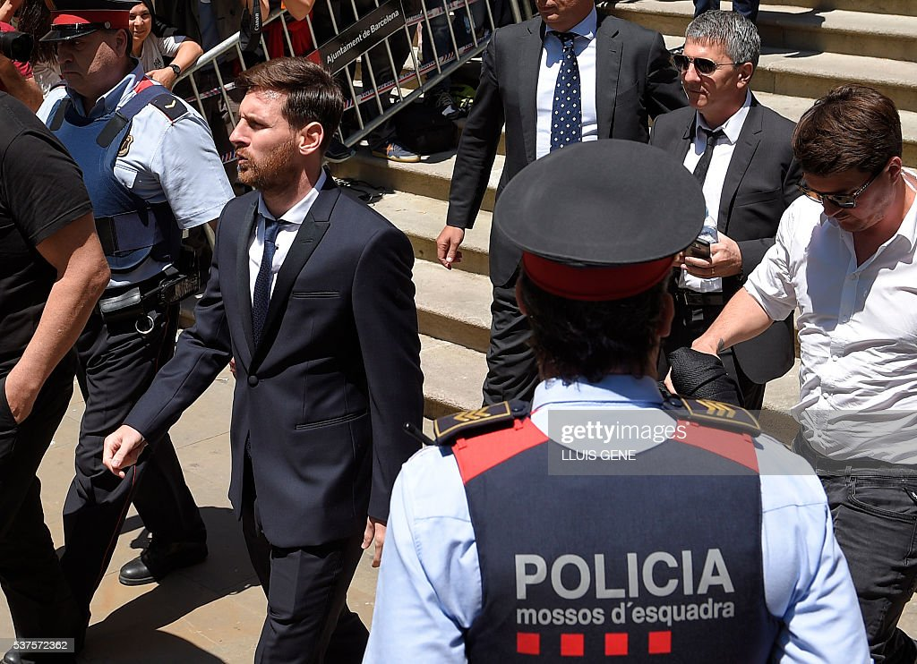 Barcelona's football star Lionel Messi (L) leaves the courthouse on June 2, 2016 in Barcelona. The 28-year-old football star was cheered and jeered as he emerged from a van accompanied by his father Jorge Horacio Messi. The two are accused of using a chain of fake companies in Belize and Uruguay to avoid paying taxes on 4.16 million euros ($4.6 million) of Messi's income earned through the sale of his image rights from 2007-09. / AFP / LLUIS