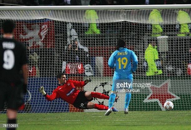 Barcelona's forward Lionel Messi scores a penalty kick against Lyon during their Champions League football match 27 November 2007 at the Gerland...