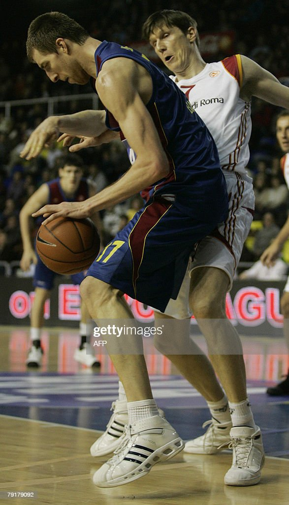 Barcelona's Fran Vazquez (L) holds off Lottomatica Roma's Gregor Fucka during a EuroLeague basketball Group C match at the Palau Blaugrana in Barcelona, 23 January 2008.