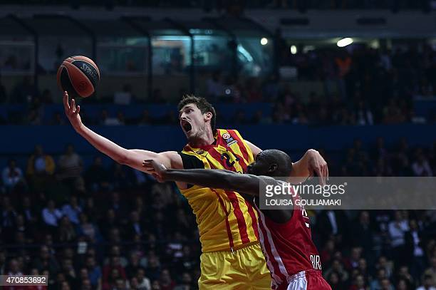 Barcelona's German center Tibor Pleiss vies with Olympiacos Piraeus' US forward Othello Hunter during their play off Euroleague basketball match at...