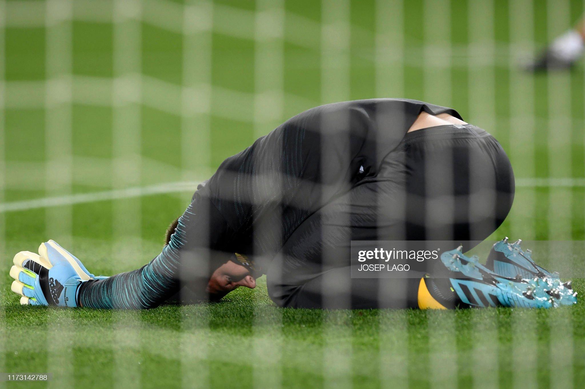 صور مباراة : برشلونة - إنتر 2-1 ( 02-10-2019 )  Barcelonas-german-goalkeeper-marcandre-ter-stegen-warms-up-before-the-picture-id1173142788?s=2048x2048