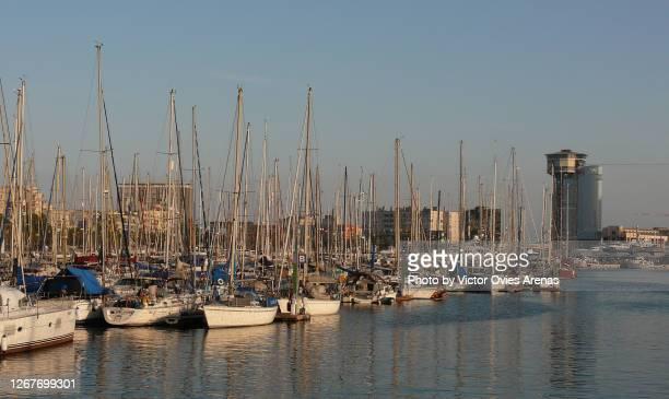 barcelona's harbour. marina port world class marina for yachts - victor ovies fotografías e imágenes de stock