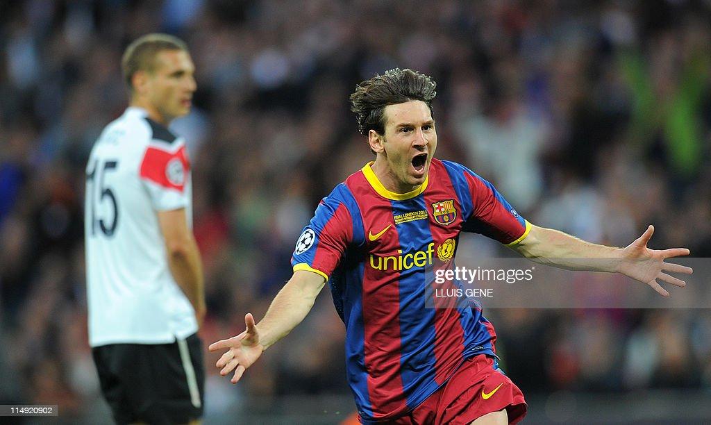 Barcelona's Lionel Messi (R) celebrates : News Photo