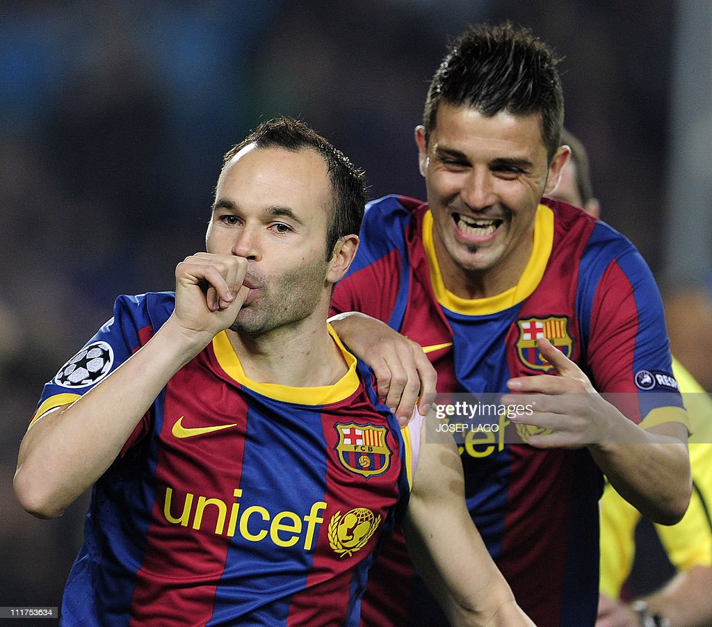 Barcelona's midfielder Andres Iniesta (L : News Photo