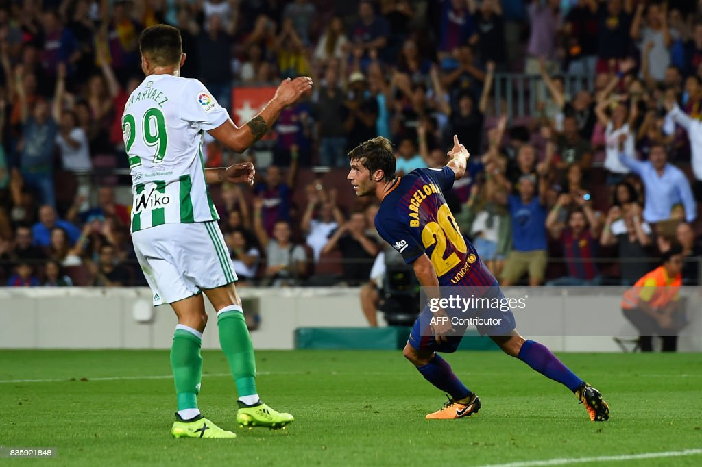 Barcelona's midfielder Sergi Roberto (R) celebrates after scoring during the Spanish league footbal match FC Barcelona vs Real Betis at the Camp Nou stadium in Barcelona on August 20, 2017. / AFP PHOTO / Josep LAGO
