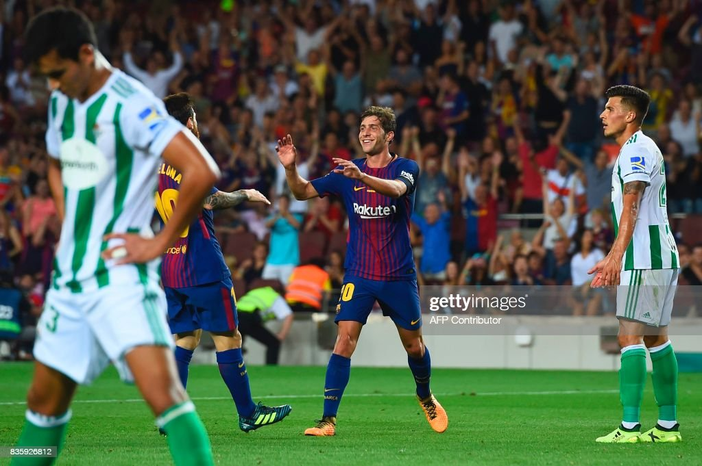 Barcelona's midfielder Sergi Roberto (C) celebrates after scoring during the Spanish league footbal match FC Barcelona vs Real Betis at the Camp Nou stadium in Barcelona on August 20, 2017. / AFP PHOTO / Josep LAGO