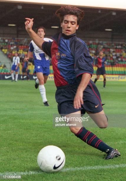 Barcelonas Mittelfeldspieler Mario versucht mit letztem Einsatz den Ball an der Seitenlinie zu erwischen. Der spanische Fußballmeister FC Barcelona...
