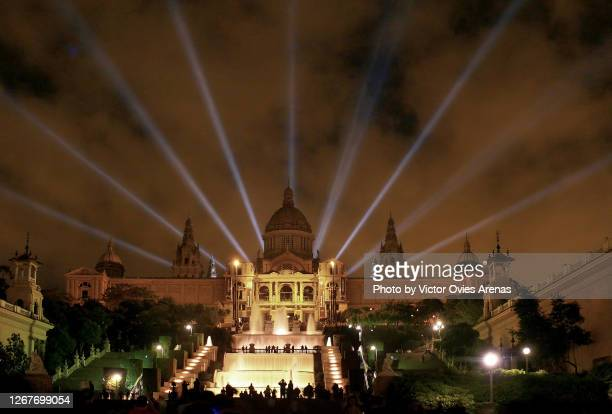 barcelona's national palace and the magic fountains of montjuic at night - victor ovies fotografías e imágenes de stock