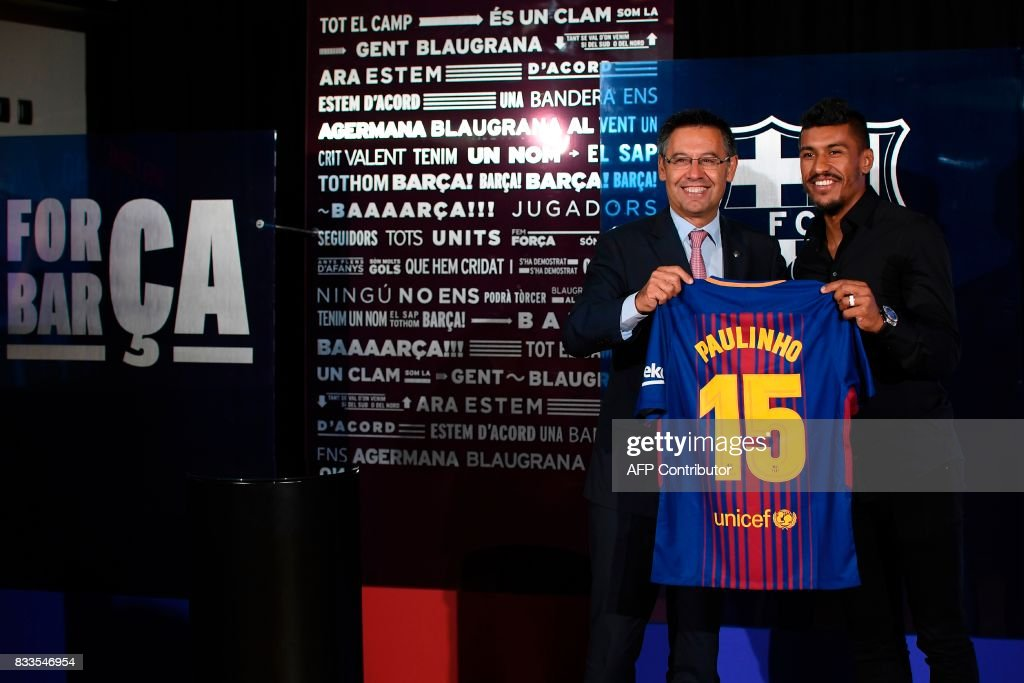 ¿Cuánto mide Josep Maria Bartomeu? - Altura - Página 2 Barcelonas-new-brazilian-football-player-paulinho-bezerra-poses-with-picture-id833546954