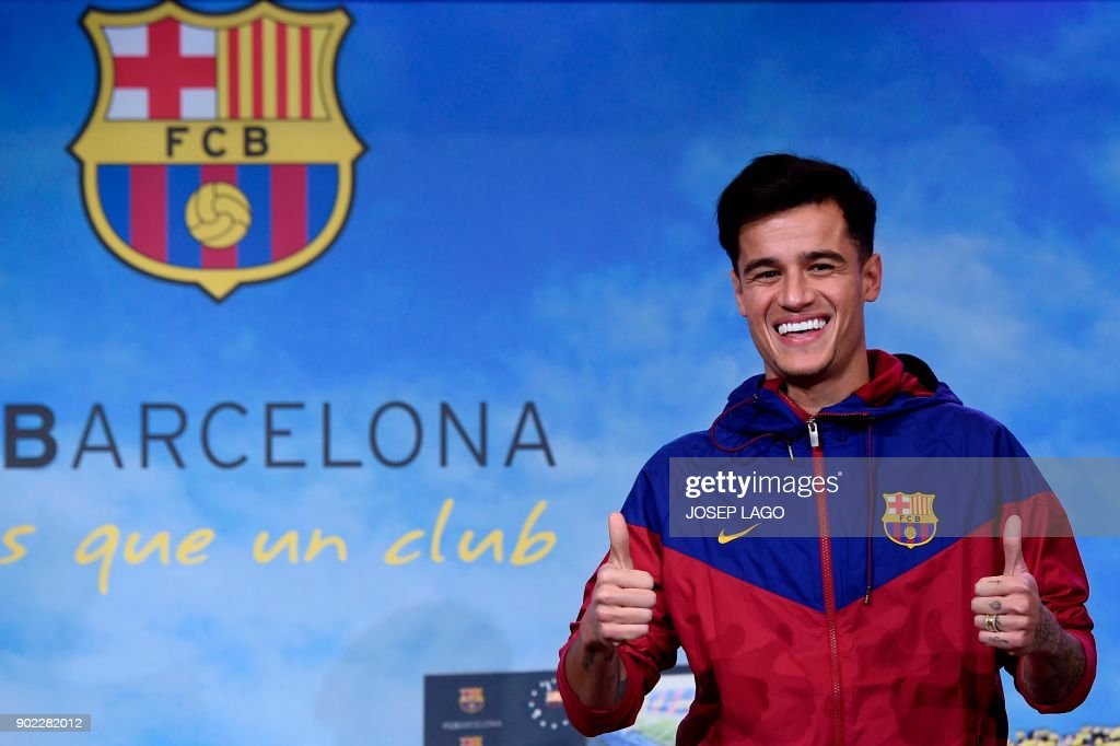 TOPSHOT - Barcelona's new Brazilian midfielder Philippe Coutinho poses for a picture in Barcelona on January 7, 2018. Coutinho is in Barcelona to tie up a 160-million-euro ($192 million) move from Liverpool, the third-richest deal of all time. / AFP PHOTO / Josep LAGO