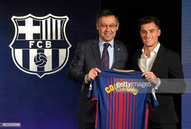 TOPSHOT Barcelona's new Brazilian midfielder Philippe Coutinho poses with his new jersey beside Barcelona FC President Josep Maria Bartomeu during...