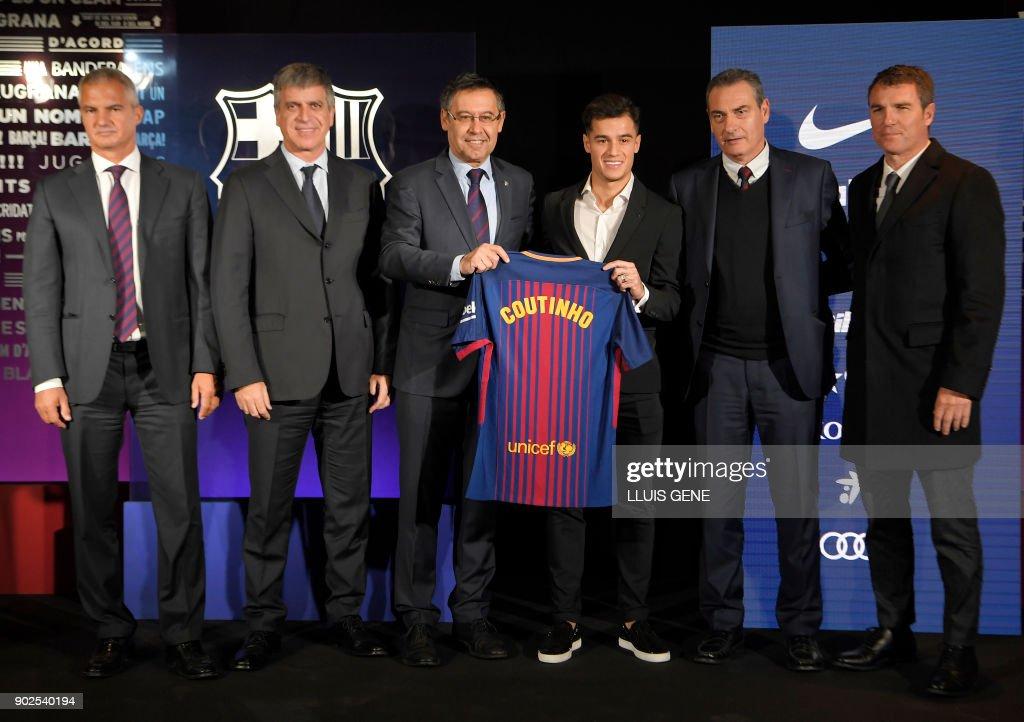 ¿Cuánto mide Josep Maria Bartomeu? - Altura - Página 2 Barcelonas-new-brazilian-midfielder-philippe-coutinho-poses-with-his-picture-id902540194
