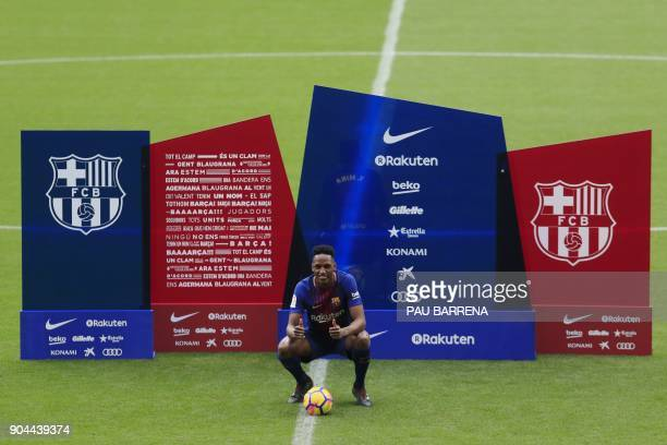 Barcelona's new Colombian defender Yerry Mina poses during his official presentation in Barcelona on January 13 2018 / AFP PHOTO / Pau Barrena