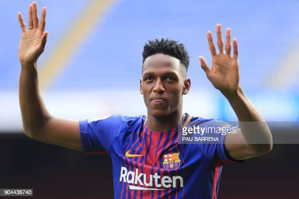 Barcelona's new Colombian defender Yerry Mina waves during his official presentation in Barcelona on January 13 2018 / AFP PHOTO / Pau Barrena
