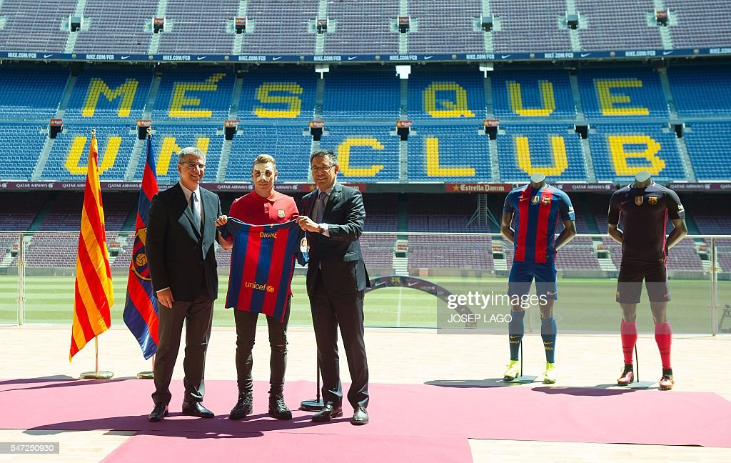 ¿Cuánto mide Josep Maria Bartomeu? - Altura - Página 2 Barcelonas-new-player-french-defender-lucas-digne-poses-with-josep-picture-id547250930