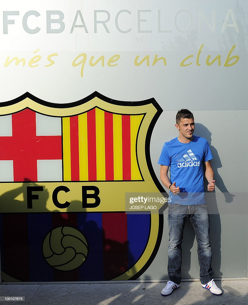 Barcelona's new signing David Villa pose