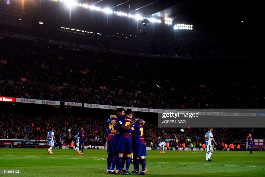 Barcelona's players celebrate a goal during the Spanish league football match between Barcelona and Leganes at the Camp Nou stadium in Barcelona on April 7, 2018. / AFP PHOTO / Josep LAGO