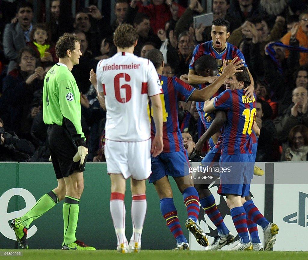 Barcelona's players celebrate after scor : News Photo