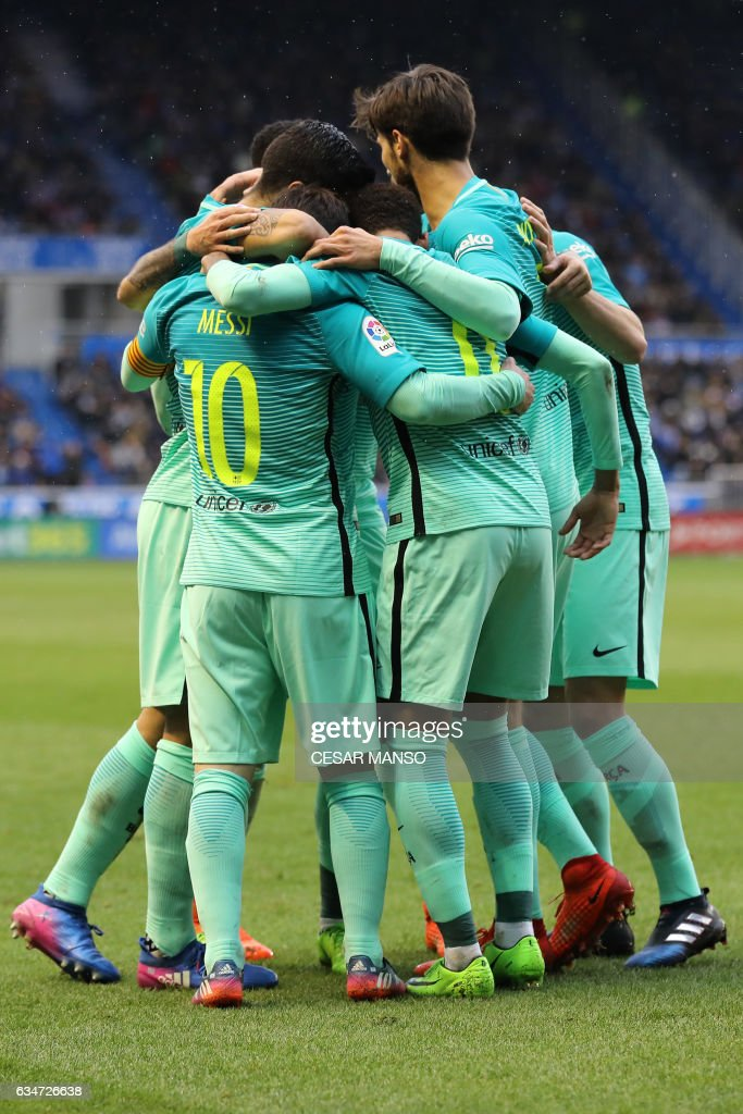 Barcelona's players celebrate their team's goal during the Spanish league football match Deportivo Alaves vs FC Barcelona at the Mendizorroza stadium in Vitoria on Feburary 11, 2017. / AFP / CESAR