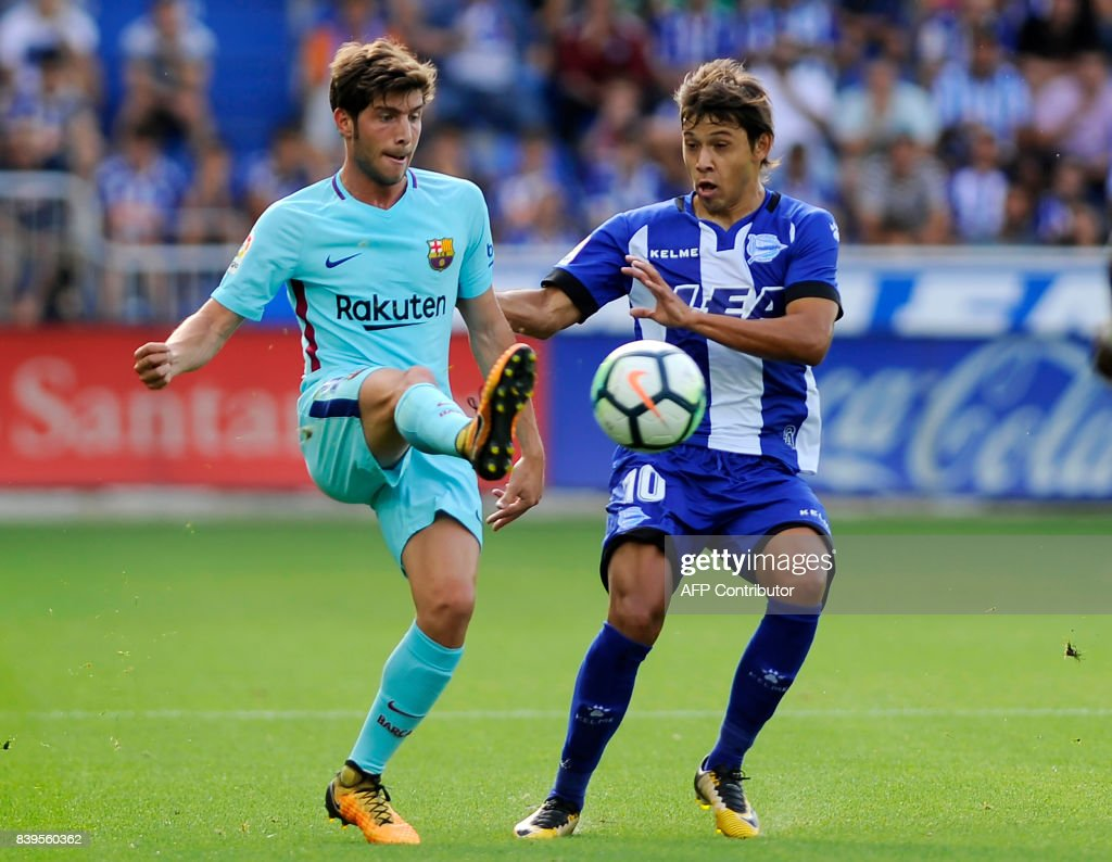 Barcelona's Portuguese midfielder Andre Gomes (L) vies with Deportivo Alaves' Paraguayan midfielder Oscar Romero during the Spanish league football match Deportivo Alaves vs FC Barcelona at the Mendizorroza stadium in Vitoria on August 26, 2017. /