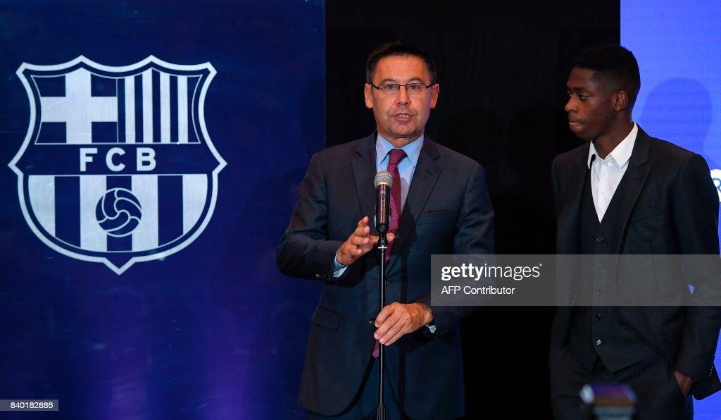 ¿Cuánto mide Josep Maria Bartomeu? - Altura - Página 2 Barcelonas-president-josep-maria-bartomeu-delivers-a-speech-next-to-picture-id840182886