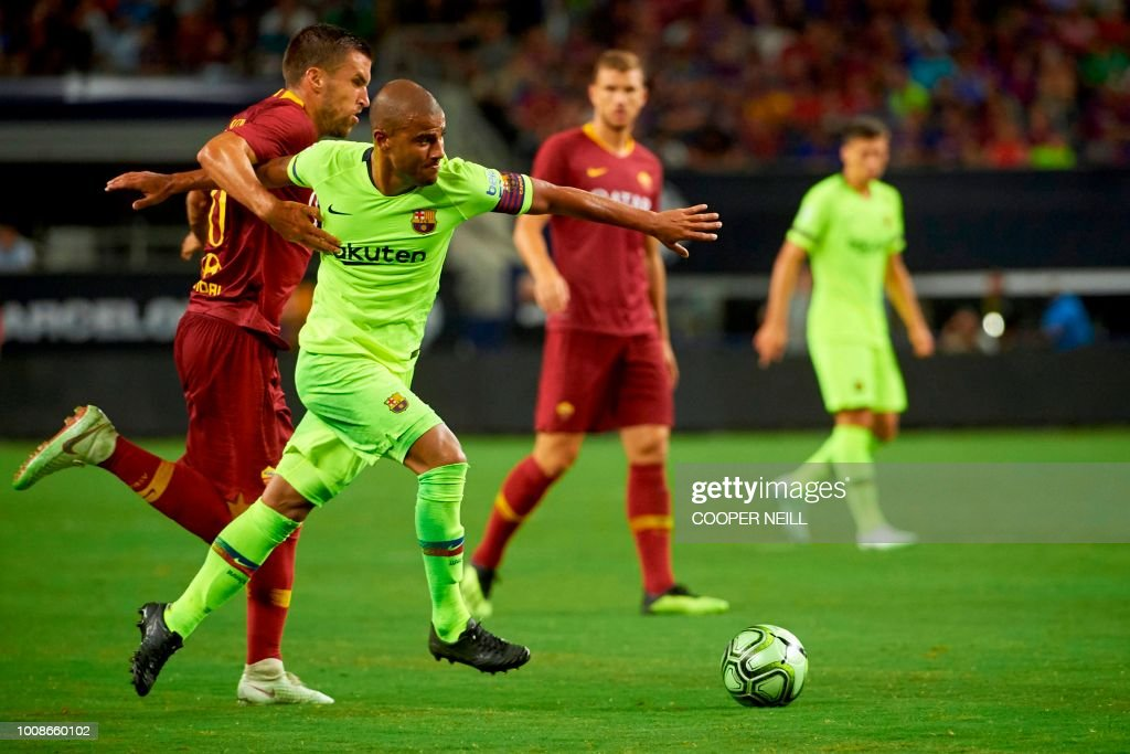 FC Barcelona's Rafael Alcantara 'Rafinha' fights for the ball with AS Roma's Federico Fazio during the International Champions Cup (ICC) friendly football match between AS Roma and FC Barcelona on July 31, 2018 at AT&T Stadium in Arlington, Texas.