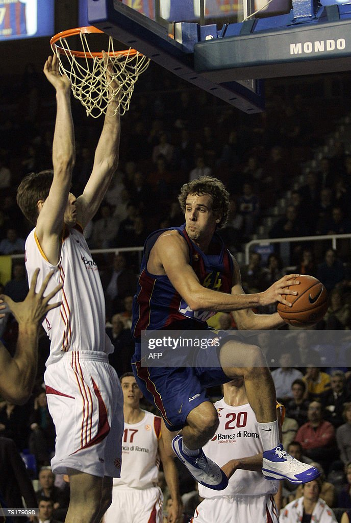 Barcelona's Roger Grimau (R) shoots by Lottomatica Roma's Gregor Fucka during a EuroLeague basketball Group C match at the Palau Blaugrana in Barcelona, 23 January 2008.