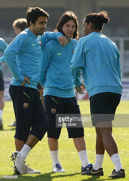 Barcelona's Ronaldinho talks with Portuguese Deco and Argentinian Lionel Messi during his first team training session in Barcelona 29 January 2008...