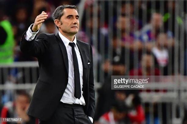 Barcelona's Spanish coach Ernesto Valverde speaks to his players during the Spanish Super Cup semi final between Barcelona and Atletico Madrid on...