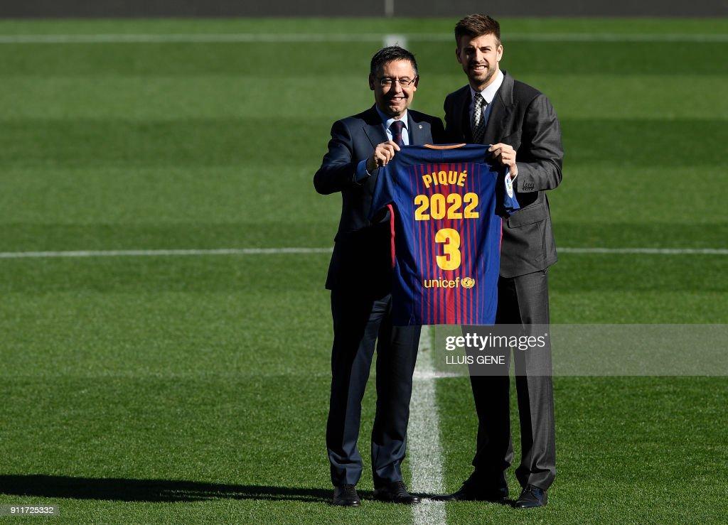 ¿Cuánto mide Josep Maria Bartomeu? - Altura - Página 2 Barcelonas-spanish-defender-gerard-pique-holds-his-jersey-with-fc-picture-id911725332
