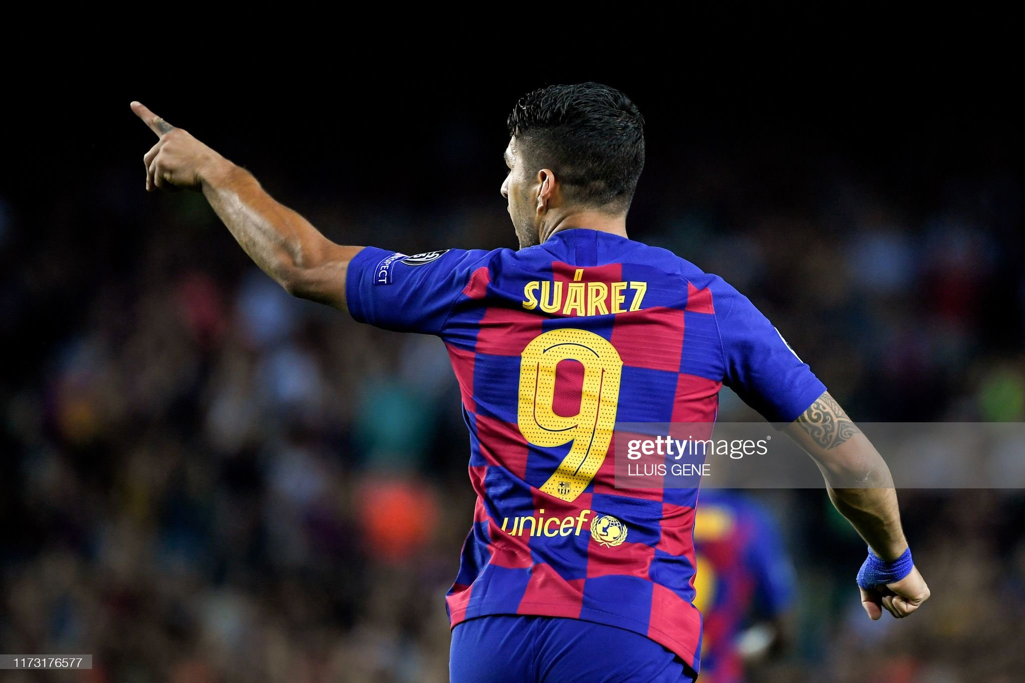 صور مباراة : برشلونة - إنتر 2-1 ( 02-10-2019 )  Barcelonas-uruguayan-forward-luis-suarez-celebrates-after-scoring-a-picture-id1173176577?s=2048x2048