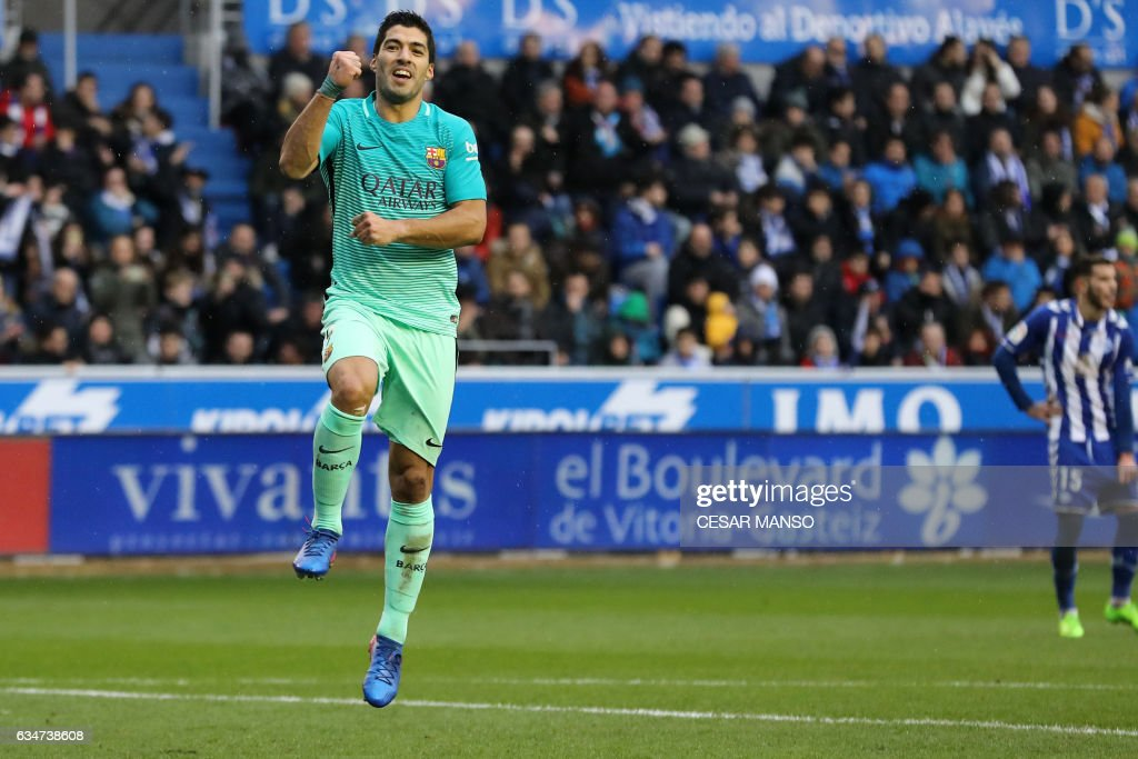 TOPSHOT - Barcelona's Uruguayan forward Luis Suarez celebrates after scoring during the Spanish league football match Deportivo Alaves vs FC Barcelona at the Mendizorroza stadium in Vitoria on Feburary 11, 2017. /