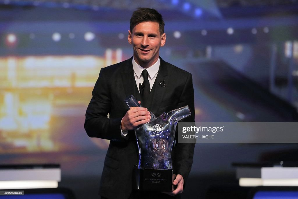 FC Barcelone Argentinian striker Lionel Messi poses with the trophy of Best Men's player in Europe at the end of the UEFA Champions League Group stage draw ceremony, on August 27, 2015 in Monaco.
