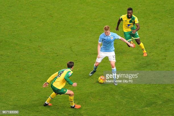 Barclays Premier League Manchester City v Norwich City Etihad Stadium Manchester City's Kevin De Bruyne and Norwich City's Jonny Howson and Alexander...