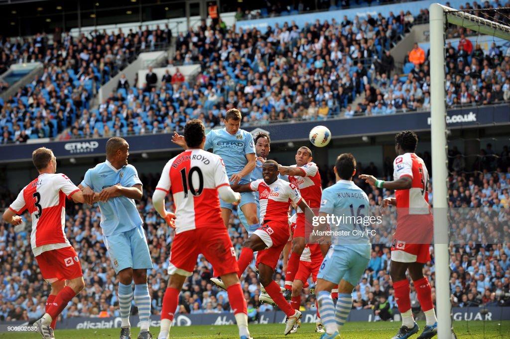 Soccer - Barclays Premier League - Manchester City v Queens Park Rangers - Etihad Stadium : ニュース写真