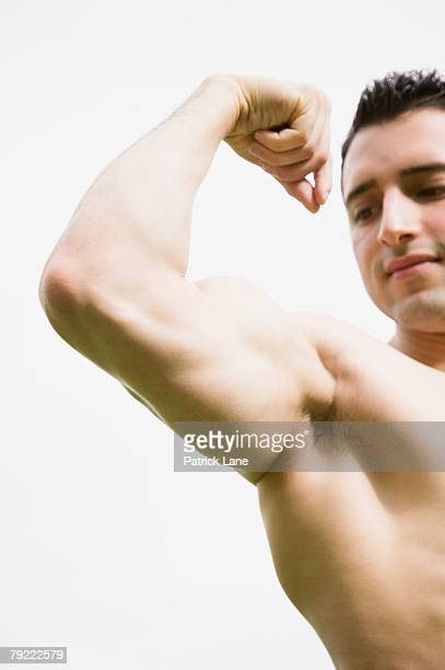 bare chested man flexing his muscles - chest barechested bare chested foto e immagini stock