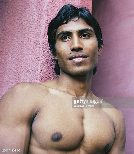 bare chested young man leaning against wall, close-up - chest barechested bare chested stock-fotos und bilder