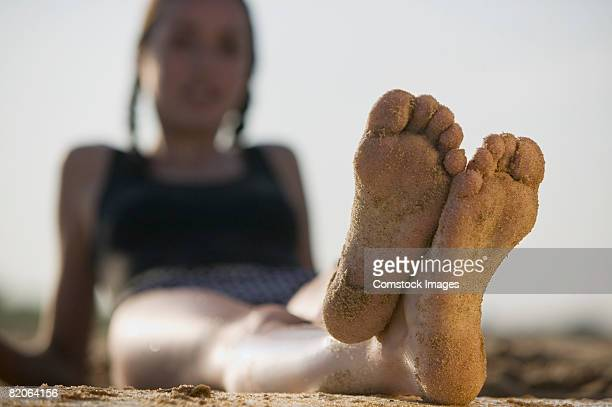 bare feet with sand - 14 15 jahre stock-fotos und bilder