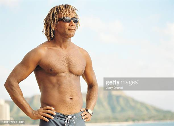 bare-chested man on beach - blonde forte poitrine photos et images de collection
