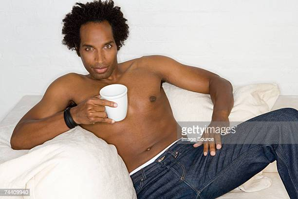 bare-chested hombre con café - chest barechested bare chested fotografías e imágenes de stock