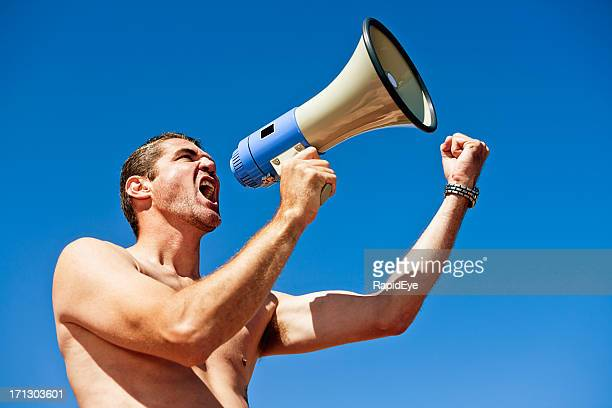 Bare-chested Gut gebaute Mann schreien in Schalltrichter und Faust schütteln