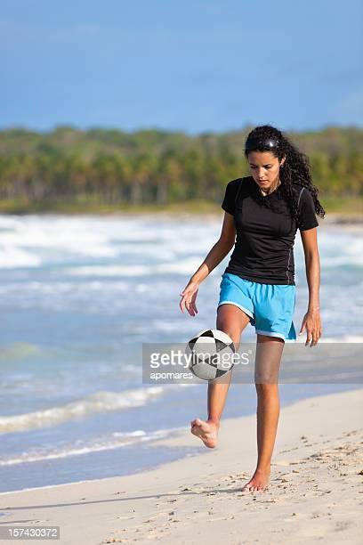 素足でサッカーボールの少女制御 - ビーチサッカー ストックフォトと画像