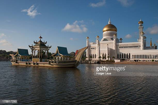 Barge and Omar Ali Saifuddien Mosque