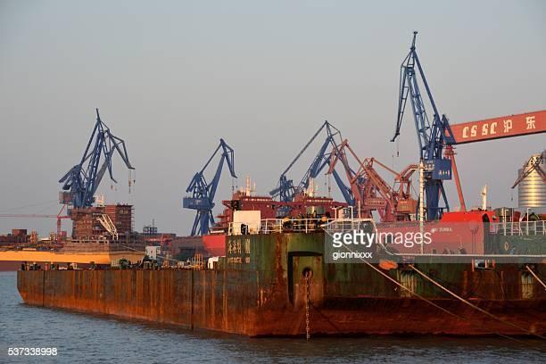 Barcaza en río Huangpu en Isla de Fuxing, Shanghai, China
