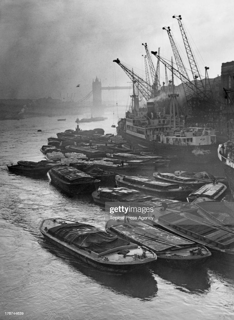 Barges At Hay's Wharf : Fotografía de noticias